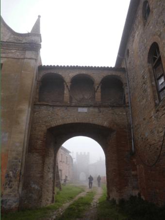 Porta dell'Orologio con sopra la Loggia degli Spiriti; a sinistra la chiesa, destra il palazzo ducale