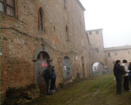 """Prima corte, sullo sfondo la """"Porta di Siena"""", a sinistra il palazzo ducale"""